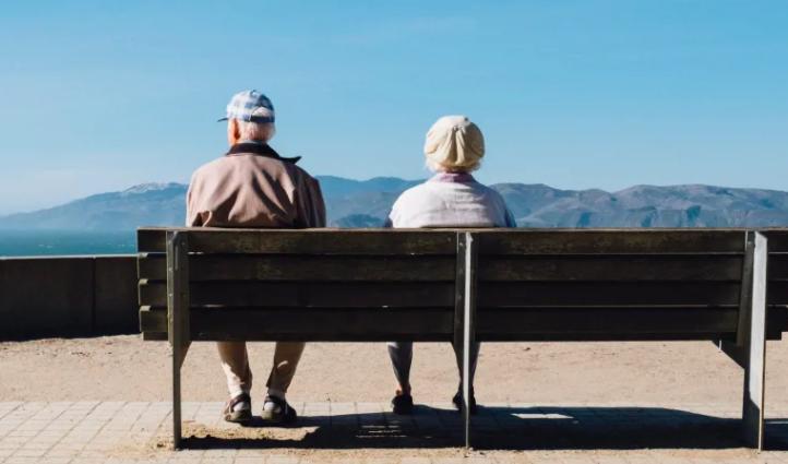 bilder på två pensionärer som är njuter av utsikten
